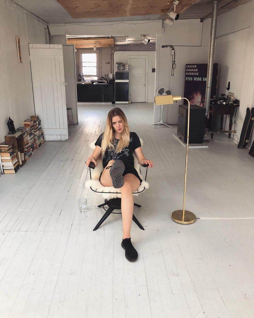 Michelle-Mylett-sexy-legs-2