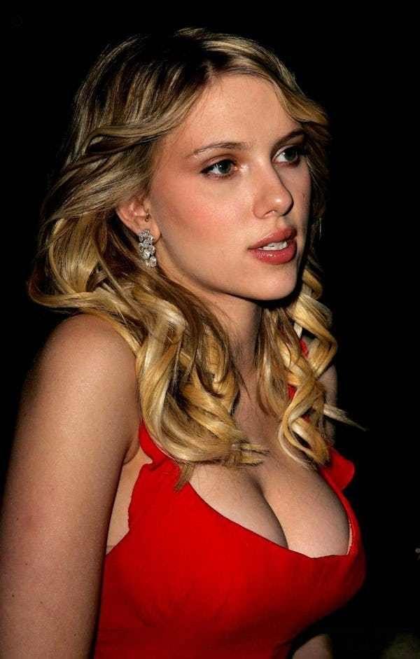 Scarlett-Johansson-red-boob