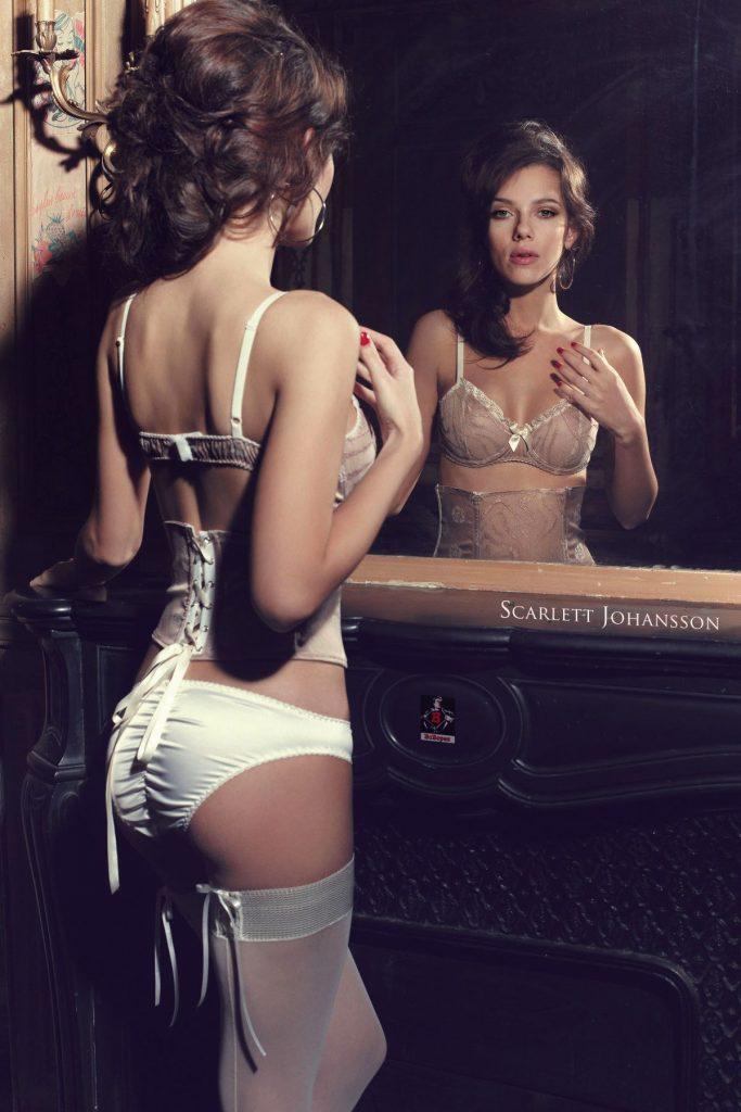 Scarlette-Johansson-mirror-view