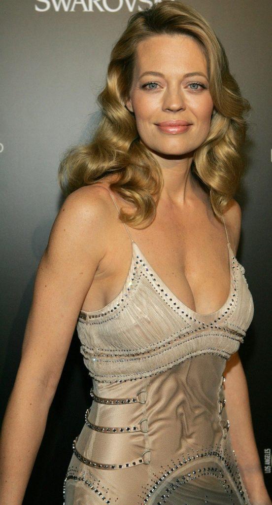 jeri-ryan-sexy-cleavage