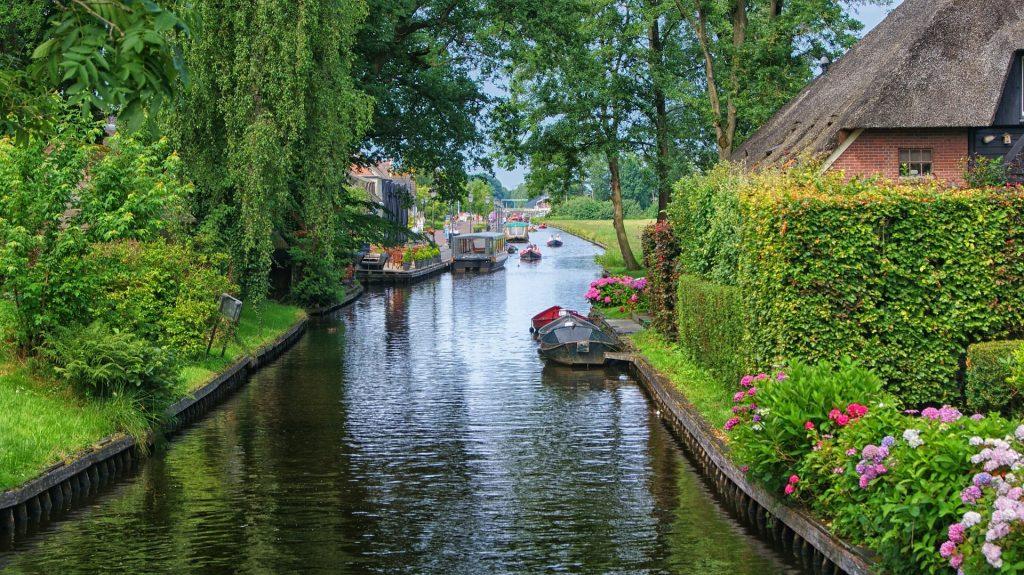Giethoorn river road