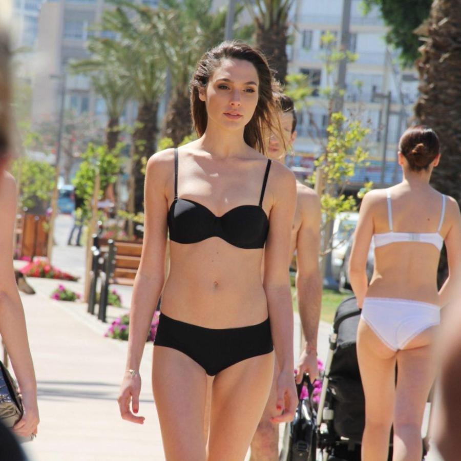 Gal Gadot Hot Bikini images