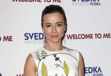 Linda Cardellini Hot And Sexy Pictures
