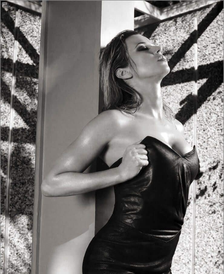 Linda Cardellini Nude Images