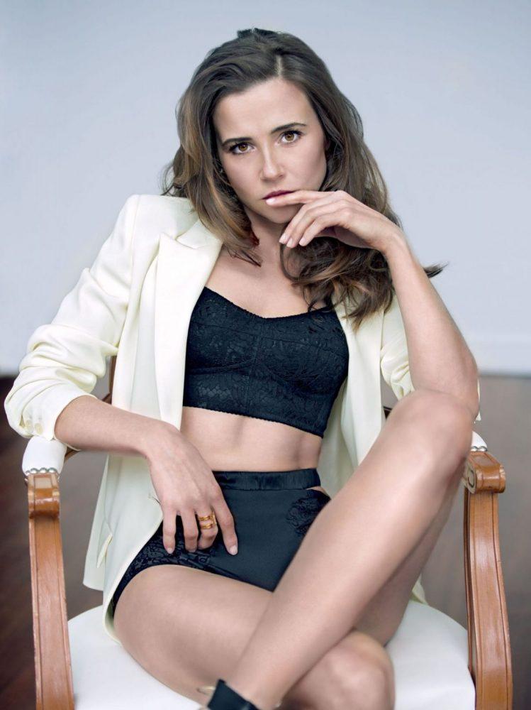 Linda Cardellini Sexy Pics